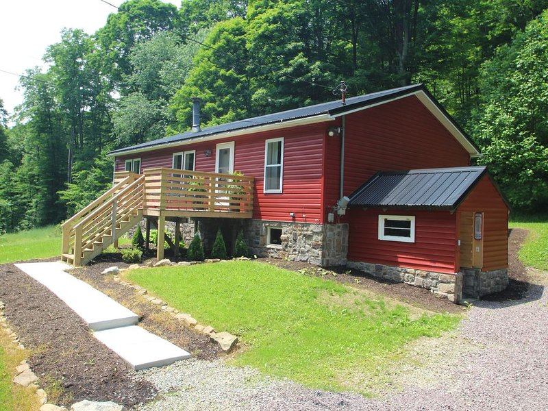 Private Year Round Getaway--Close to Ski Resorts, Fallingwater--with Hot Tub!, location de vacances à Laughlintown