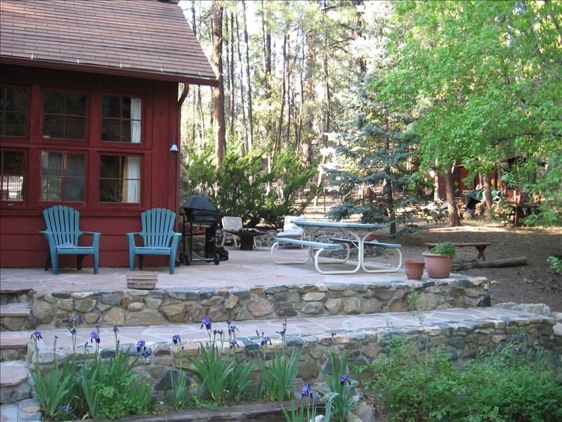 RUSTIC & CHARMING CABIN ON GROOM CREEK...  NO EXTRA CLEANING FEES !!, aluguéis de temporada em Prescott