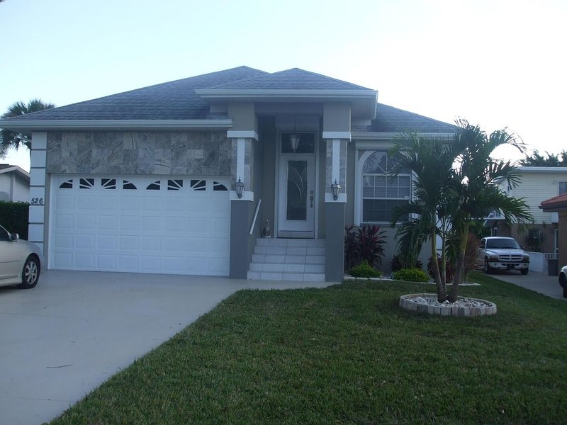 Beautiful Home with Private Pool - One./Half Mile to Vanderbilt Beach, holiday rental in Vanderbilt Beach