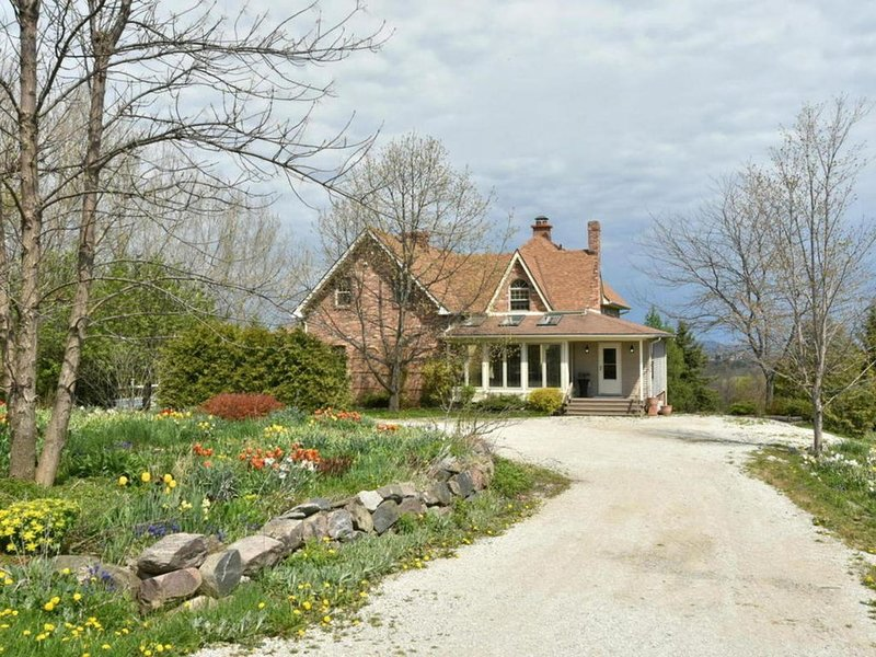 Luxury 4 Bdrm Farmhouse, sleeps 12, near Grey Highlands, Blue Mountain, Meaford – semesterbostad i Owen Sound