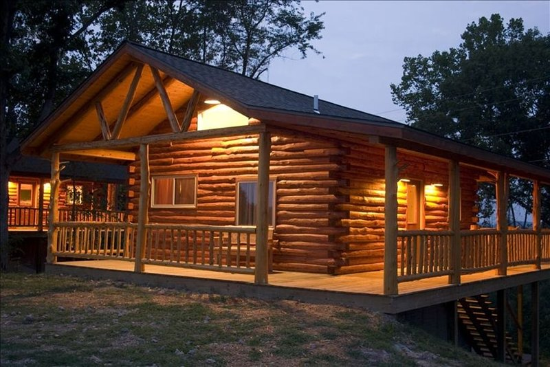 Beautiful Log Cabin with Views of Beaver Lake - 2 Levels, vacation rental in Eureka Springs