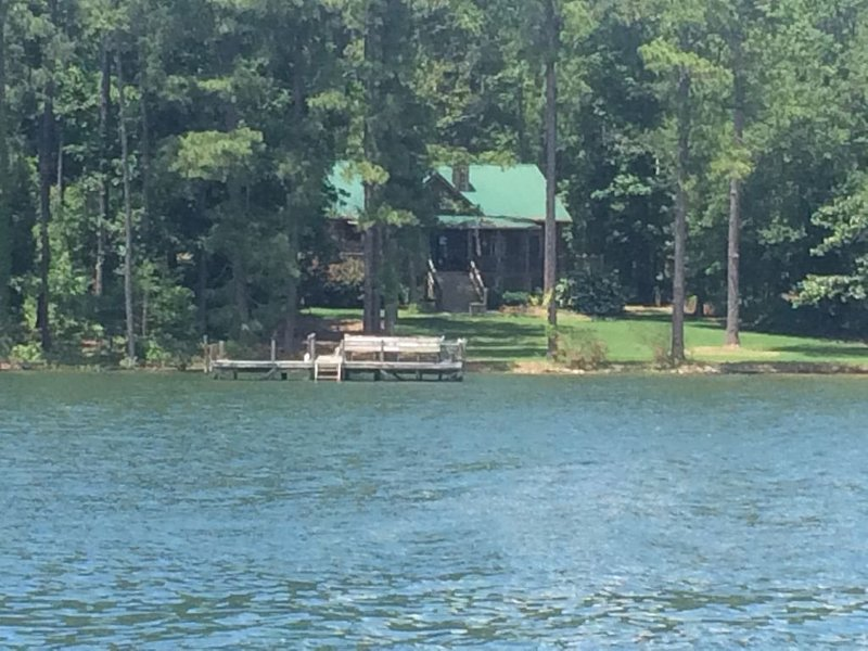 Large Log Cottage: Blue Skies, Green Grass and Lake Living, alquiler de vacaciones en Irmo