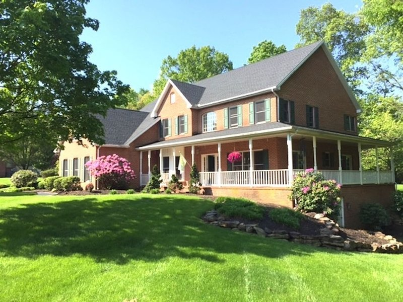 Beautiful 4 bedroom Estate Home on The Yellow Breeches , sleeps10, Near Hershey, holiday rental in Camp Hill