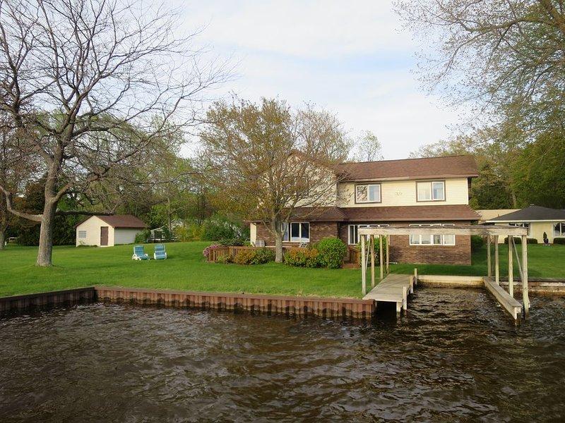 Hamlin Lake Water Front-Family/Dog  Friendly Home, location de vacances à Ludington