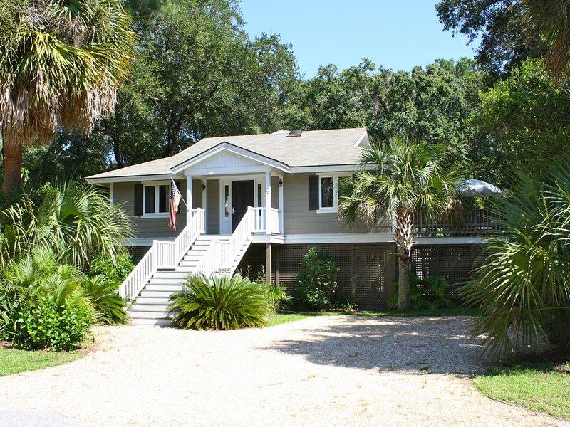 Classic Island Beach House / Pet Friendly / Close to the Beach!, location de vacances à Parris Island