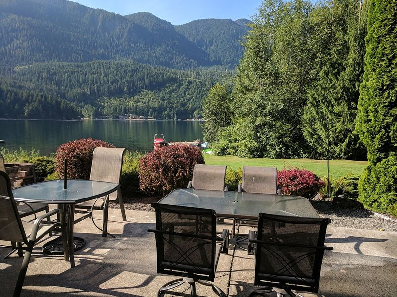 Lake Sutherland Home, Hot Tub, Private Dock, 2 Acres, Bunk House/Game Room!, vacation rental in Joyce