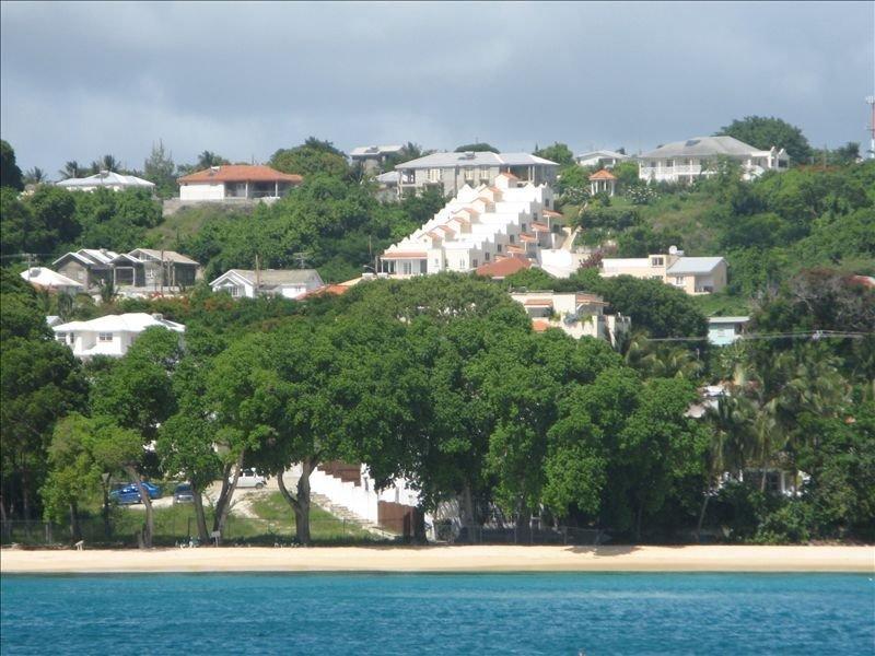 La plage locale avec notre maison de ville distincte à l'arrière-plan.