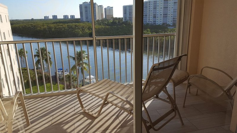 6th Floor 3 Bedroom 2 Bath Luxury Condo Direct Gulf & Bay Water Views!  On Water, alquiler de vacaciones en Naples Park