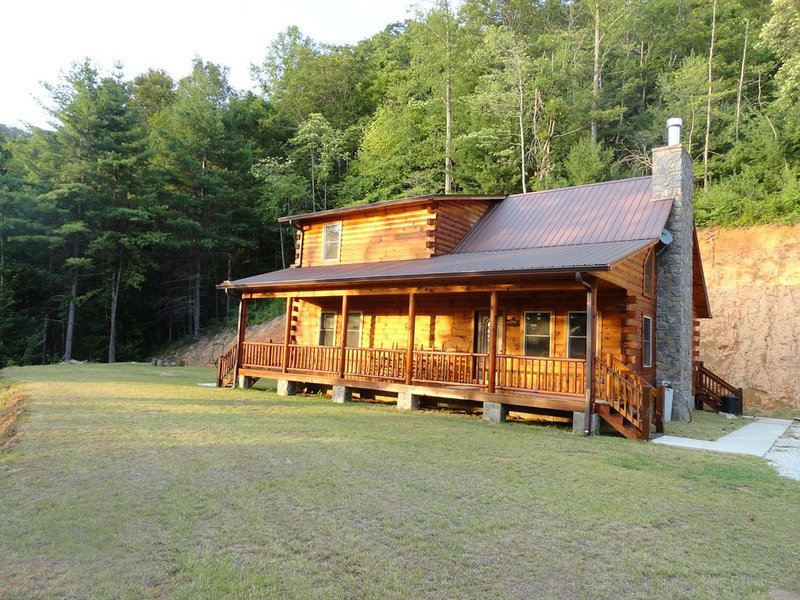Beautiful Mountain View Log Cabin, vacation rental in Bryson City