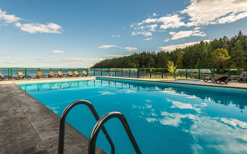 ground floor, beautiful ocean views, heated pool & hottub....spring special, holiday rental in Nanaimo