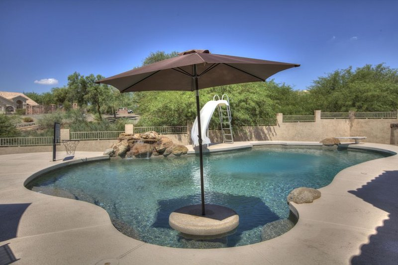 4 Bedroom Single Story Golf Course Home, Heated Diving Pool + Slide, & Hot Tub, alquiler de vacaciones en Phoenix