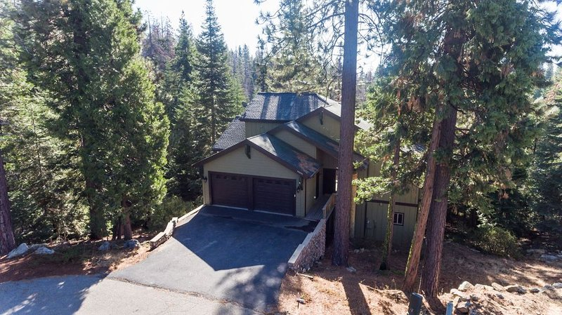 Tree Top Lodge- Sleeps 8 Adults + kids, 2 Master King Beds , 2 Queen, Big game r, casa vacanza a Shaver Lake