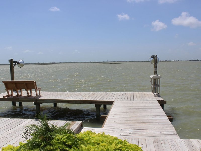 Beautiful New Waterfront Home with a Pool & Boat Slip, alquiler de vacaciones en Rockport