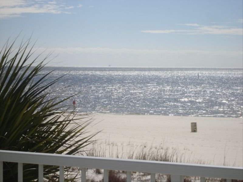 BEACH FRONT CONDO JUST STEPS FROM THE POOL AND SAND!! – semesterbostad i Biloxi
