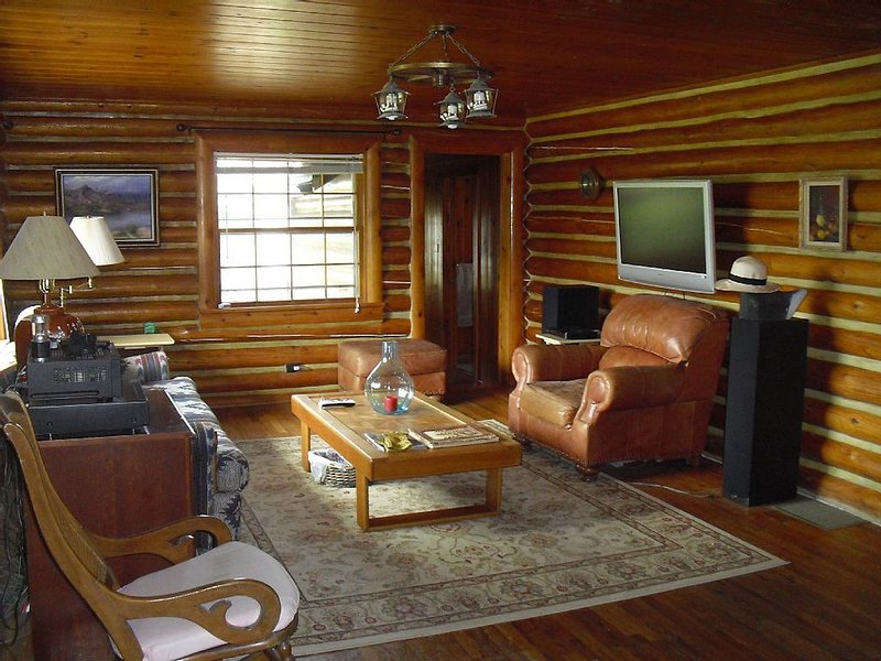 Historic Log Home in the Heart of Ennis, vacation rental in Ennis