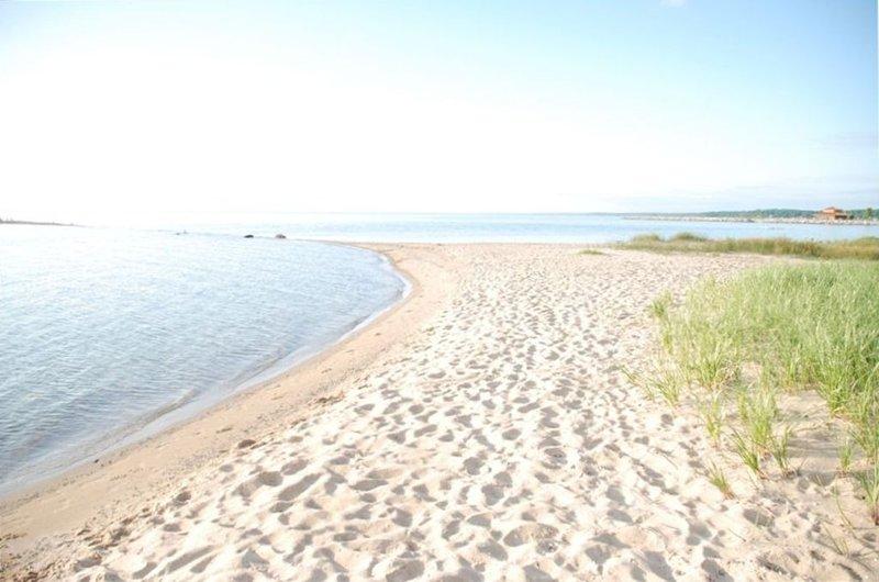 Grand Traverse Sandy Beach Just a Few Steps Away!, holiday rental in Kewadin