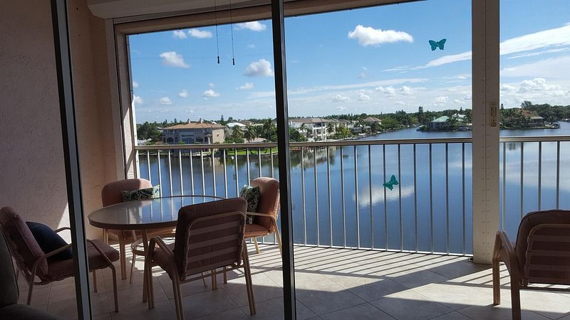 LaScala 4th Floor Luxury Condo, Direct Bay & Gulf View! Steps To Beach Pool Spa, holiday rental in Naples Park