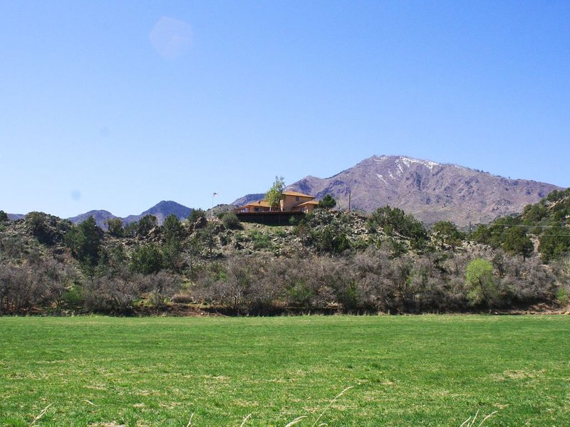 Get Away From It All! Enjoy Privacy and Mountain Views At Our 50 Acre Ranch, holiday rental in Pine Valley