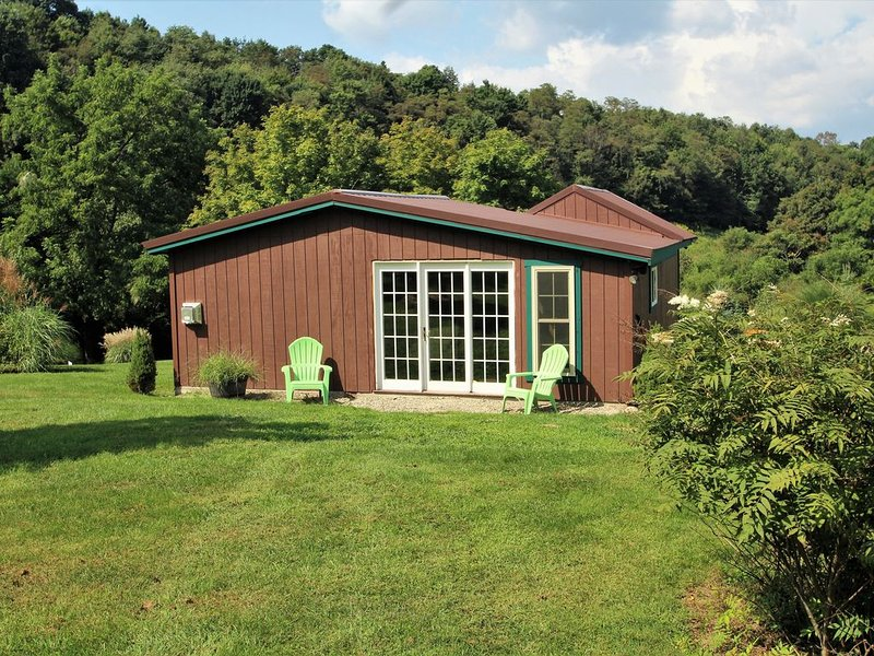 Byre Bungalow--Country Getaway, still close Yough, Fallingwater and Ski Resorts, vacation rental in Confluence