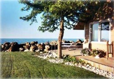 Golden Gate Cottage est très proche du lac Érié. Pelouse à côté de notre plage.