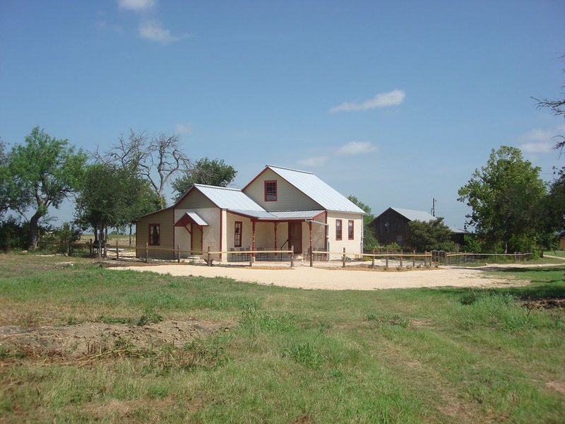 Peaceful setting 10 minutes to New Braunfels, San Marcos or Seguin, vacation rental in San Marcos