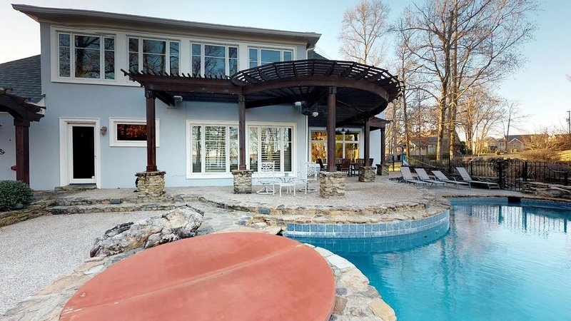 Open Lakefront Floorplan with Infinity Pool, Hot Tub, Sauna, Game Room, location de vacances à Counce