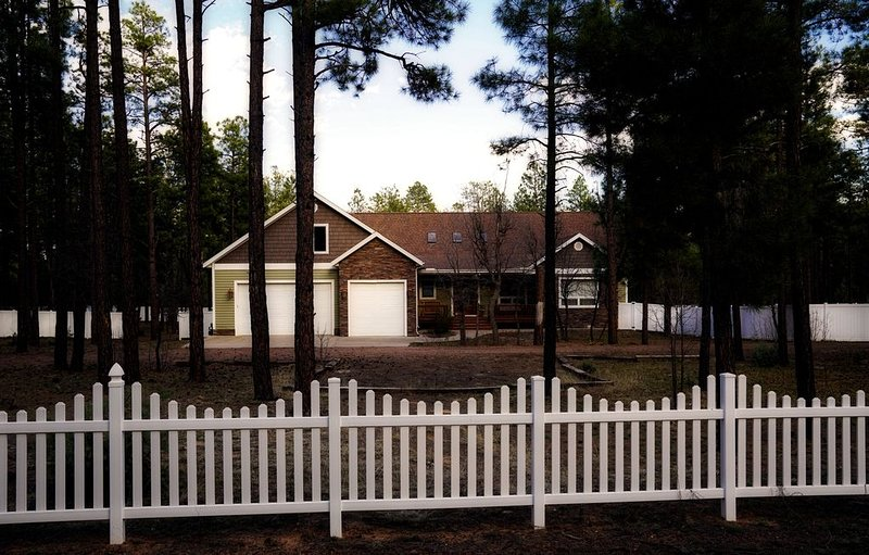 Spacious Mountain Retreat + Tranquil Getaway in the Woods!!, location de vacances à Pinetop-Lakeside