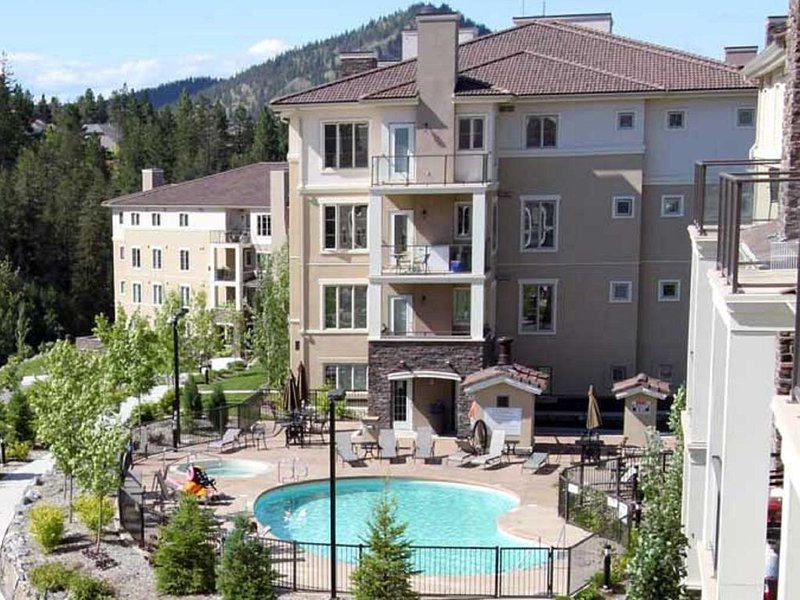 Luxury Golf Course Condo 3/Bed 2/Bath Modern Fully Turnkey, holiday rental in Kelowna