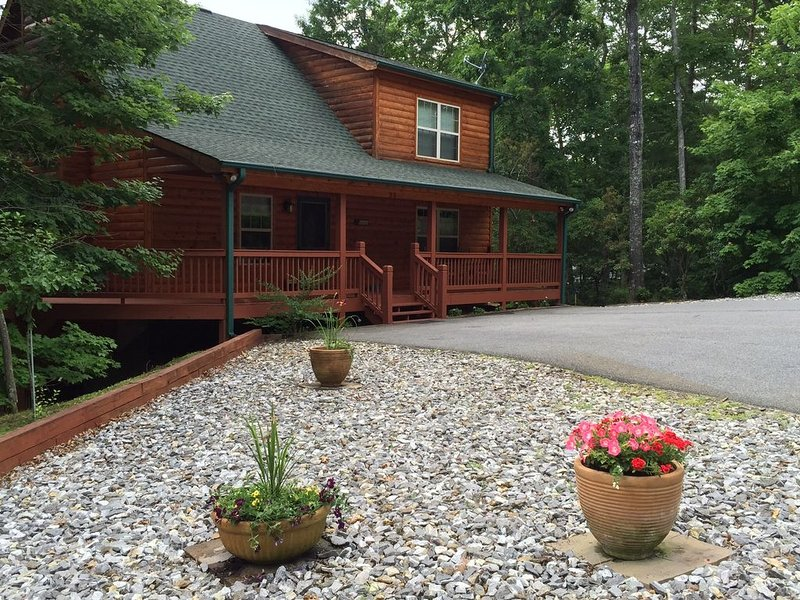 'Come Be Family' Cabin... Beautiful, Award Winning Mountain Home........Wi-fi!!!, holiday rental in Blairsville