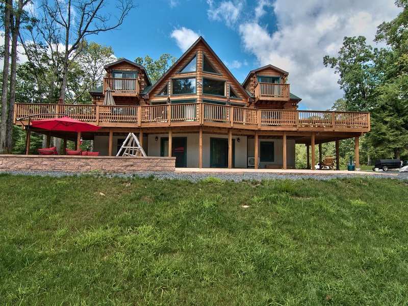 10BR 6BA, SLPS 25 50 ACRES Basketball Court, Putting Green Hot Tub, Pool Table!, holiday rental in Hunlock Creek