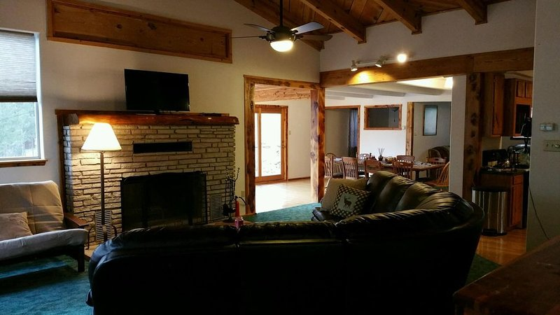 Apache Adobe Lodge, in the heart of Ruidoso! Private and secluded home!, holiday rental in Ruidoso