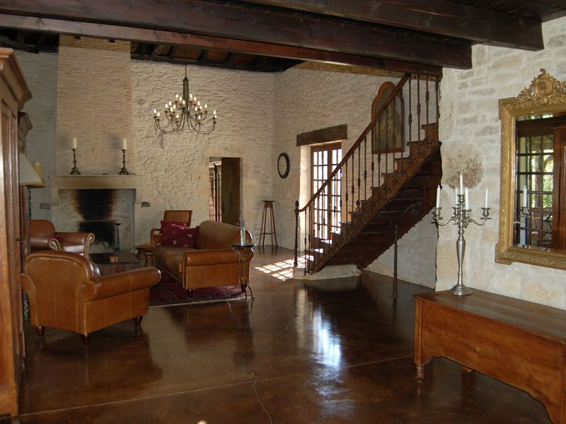 Elegant, Secluded 300-Year-Old Stone Farmhouse with Private Pool, Gorgeous Views, vacation rental in Auriolles