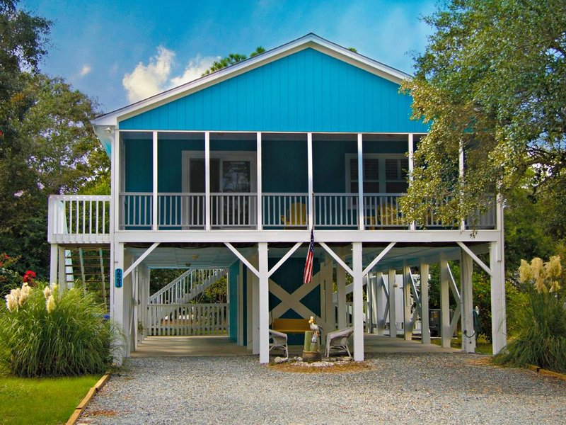 Family and Pet Friendly Island Cottage! Short Walk to Beach!!, location de vacances à Oak Island