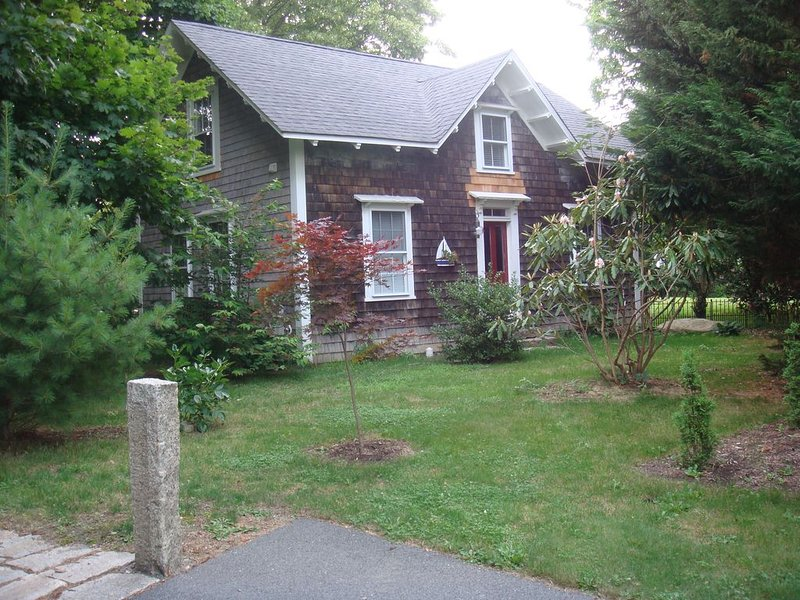 Quiet 3 bedroom cottage with kitchen on a farm.  1 mile to Roger Williams Univ., vacation rental in Bristol