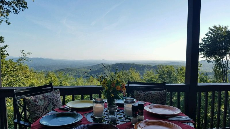 Amazing 4 Bedroom Cabin with expansive long range mountain views!, vacation rental in Gilmer County
