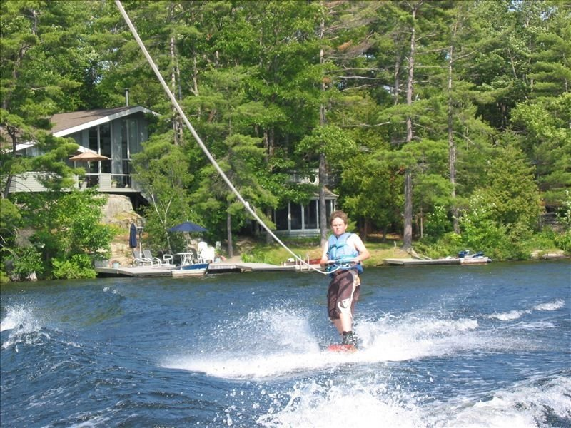 Six Mile Lake Muskoka Cottage with Hot Tub and Sunset Views, holiday rental in Big Chute
