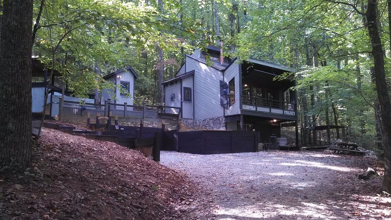 Cozy Modern Cabin - The Squirrel's Nest, holiday rental in Stanardsville