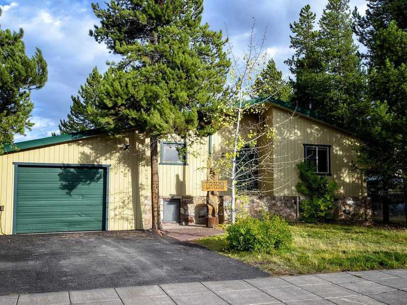 Trails End is walking distance to hiking, biking, ski and snowmobile trails and has a heated garage.