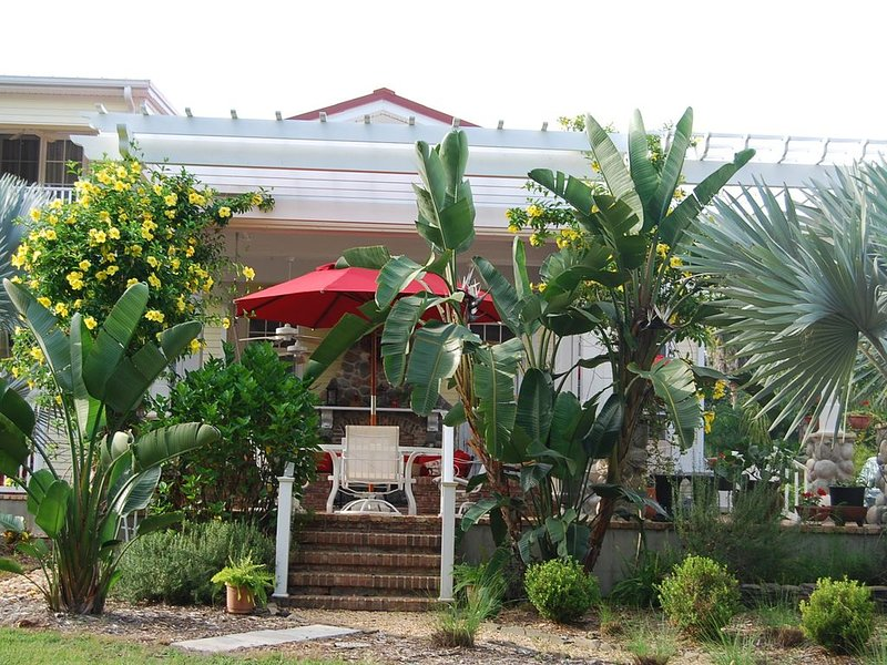 Key West Style Cottage on 2.5 Acre Estate (Secluded)- Very quiet -Tarpon Springs, holiday rental in Trinity