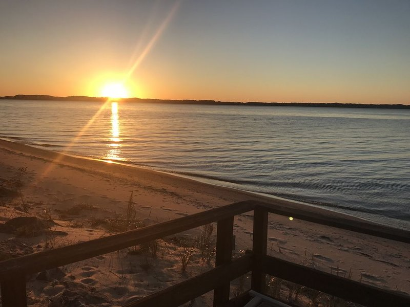 Beautiful Lake House With 100' of Private Beach on East Bay!, alquiler de vacaciones en Kewadin