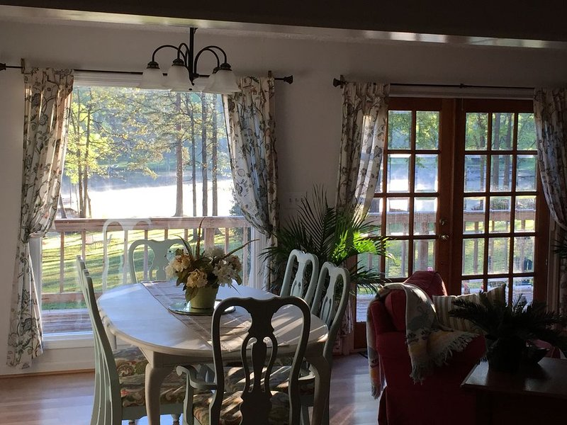 One of Best  Locations on lake !   Cozy, relaxing lake front cottage, aluguéis de temporada em Milledgeville