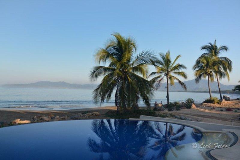 Tropical Beachfront Beauty in Barra de Potosi, aluguéis de temporada em Petatlan