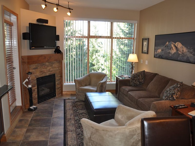 BEAUTIFUL CONDO, EXCELLENT LOCATION, LARGE POOL AND HOT TUB, vacation rental in Whistler