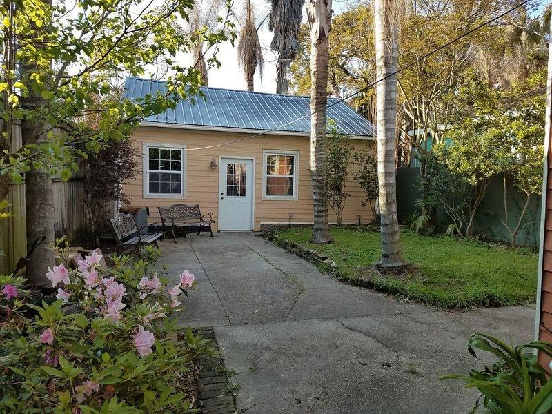 Guest House Studio Near Tulane. (Black Pearl Neighborhood), holiday rental in Saint Rose