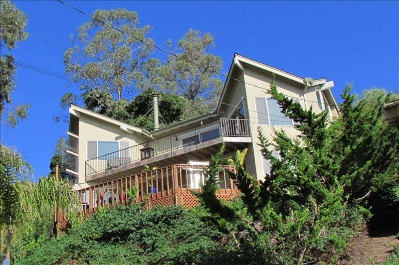 Vista da casa da rua. Ambos os decks superiores e inferiores podem ser vistos.