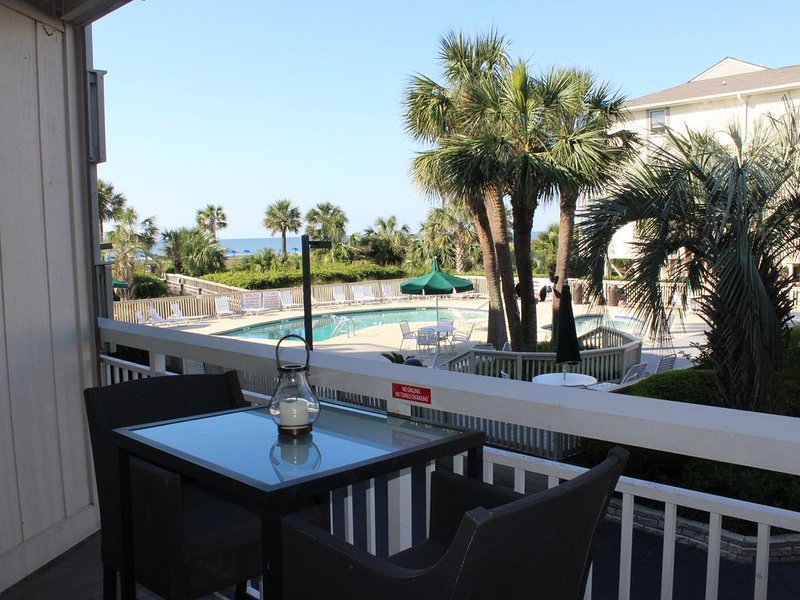 Oceanfront condo, steps to beach & pool, across from Coligny Plaza, location de vacances à Daufuskie Island