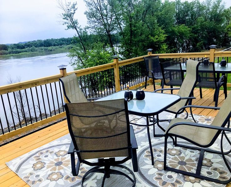 The perfect place to social distance, enjoy amazing views of the Mississippi!, vacation rental in Iowa
