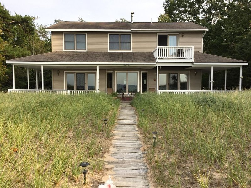 Lake Michigan Beachfront 4 bedroom Home with Fantastic Lake Views and huge beach, holiday rental in Manistee County