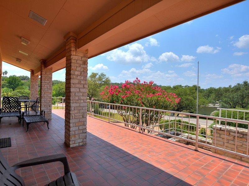 Beautiful remodeled lake view home, alquiler de vacaciones en Lakeway