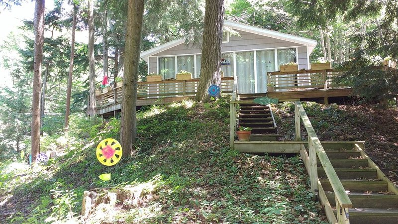 Welcome to the Lake - Cozy, Hilltop Wooded Lake Michigan Cottage - Reserve Now!!, location de vacances à Oceana County